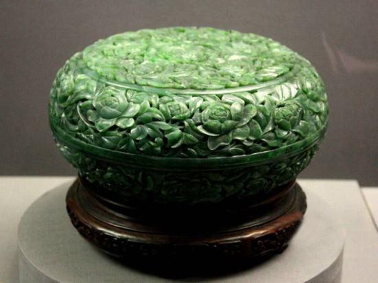 碧玉镂雕牡丹纹盒