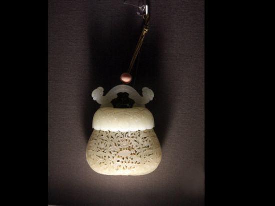 白玉镂雕荷包式香囊