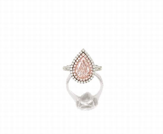 淡粉红色钻石配钻石戒指