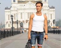莫斯科/莫斯科的街头出现了穿着热裤和高跟鞋的女士,迷你裙的小女孩,...