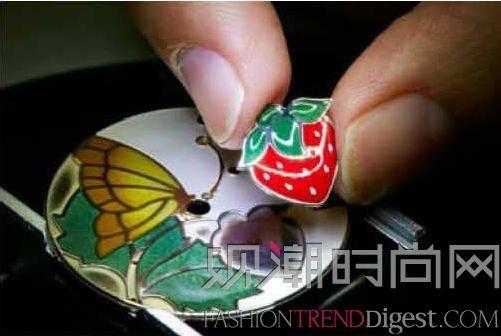 镶嵌完成后,宝石会完美覆盖整件珠宝的表面,绽放丝滑光泽,而底部的