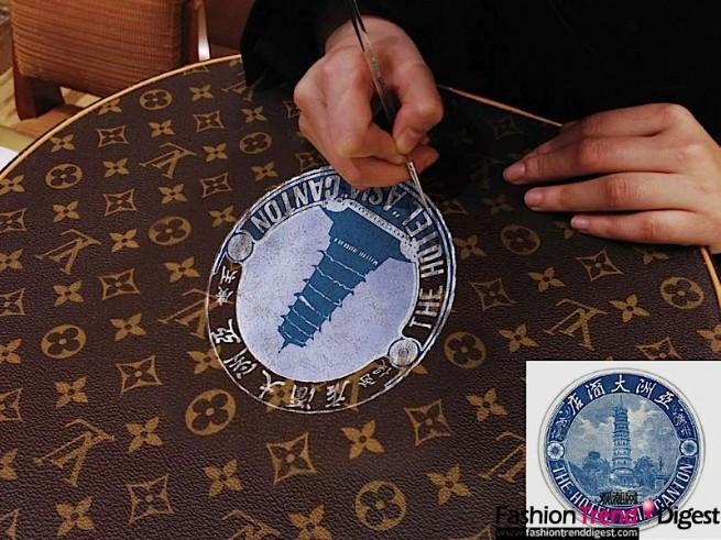 路易威登搜集了数千枚酒店标签,其中有一枚来自1929年广州的古老酒店,为纪念此次发现将这枚标签手绘于一个圆形帽箱上,并在此次巡展中展出