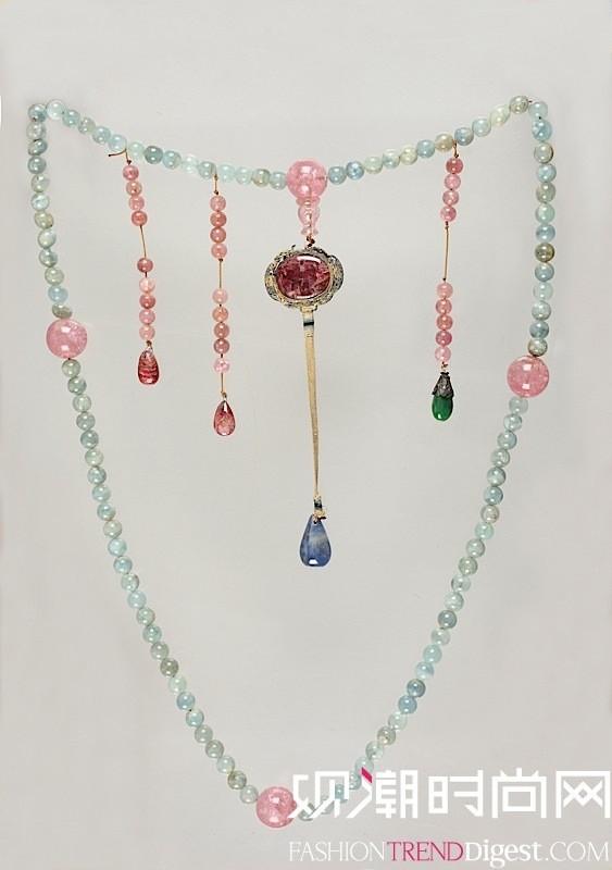 蓝碧玺朝珠 清中期(1662-1820) 全长120厘米 碧玺、红宝石、蓝宝石、银镀金 辽宁省博物馆藏