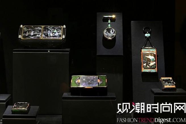 """""""博萃臻艺-中西方珍宝艺术展""""中国情愫展示区域卡地亚典藏展柜中,运用东方传统材质的卡地亚化妆盒描绘出栩栩如生的中国意象。"""