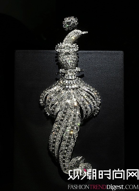 这枚胸针为1948年特别订制的作品。 难得一见的体量(高20.20厘米,重156.45克)使这枚胸针成为第二次世界大战后极为罕见的高级珠宝作品。