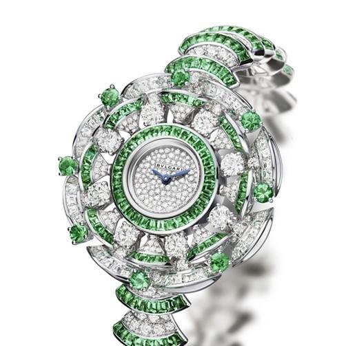 Diva高级珠宝腕表,白金镶嵌钻石与祖母绿 302颗长方形切割钻石、16颗圆形切割钻石和394颗明亮式切割钻石(总重22.62克拉)造就了一款炫目的腕表,奢华而优美的扇形花瓣化为散发东方神韵的迷人花束,于腕间优雅绽放。以贵金属与宝石组合成的扇形图案装饰出别致的表链。纤细的表链灵动而典雅,更加衬托出雪花镶嵌表盘的柔和之美。DIVA高级珠宝腕表展现了 BVLGARI宝格丽与甜蜜生活年代至今逾六十年间多位灵感女神相契合的非凡魅力,可谓展现珠宝工艺的真正杰作。VLGARI宝格丽如同一个妙手丹青的画家,呈现出了一系