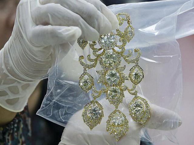 菲律宾政府展示前第一夫人被充公的珠宝首饰