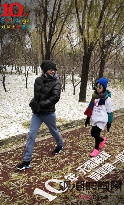 王菲李嫣母女冬日互动显温馨,...