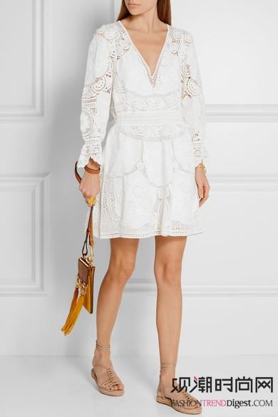周迅现身沙漠,白色裙子+外套...