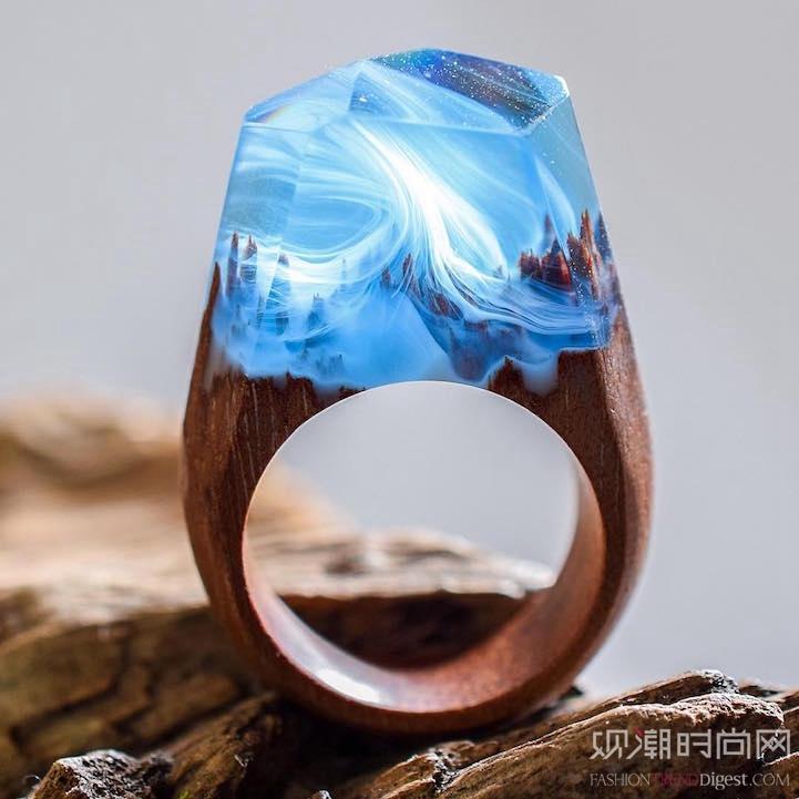 飘渺的戒指展示被树脂封装的美...