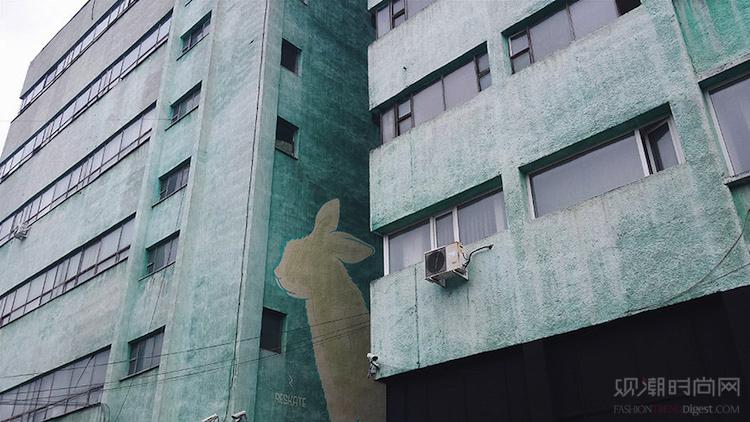 夜光中的街道壁画隐藏着你白天...