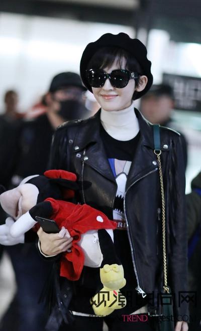 古力娜扎身穿黑色服装现身机场倍酷!