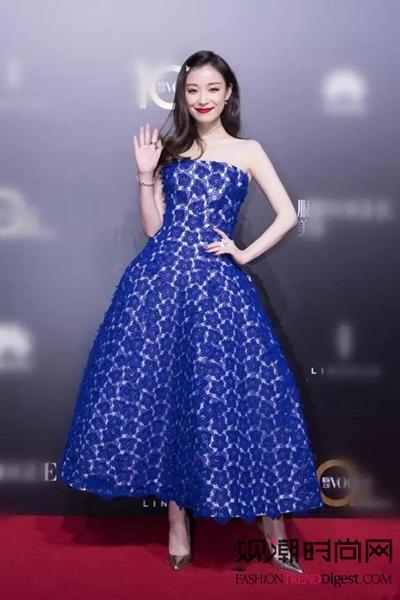 艾丽范宁领衔演绎清新蓝裙!穿...