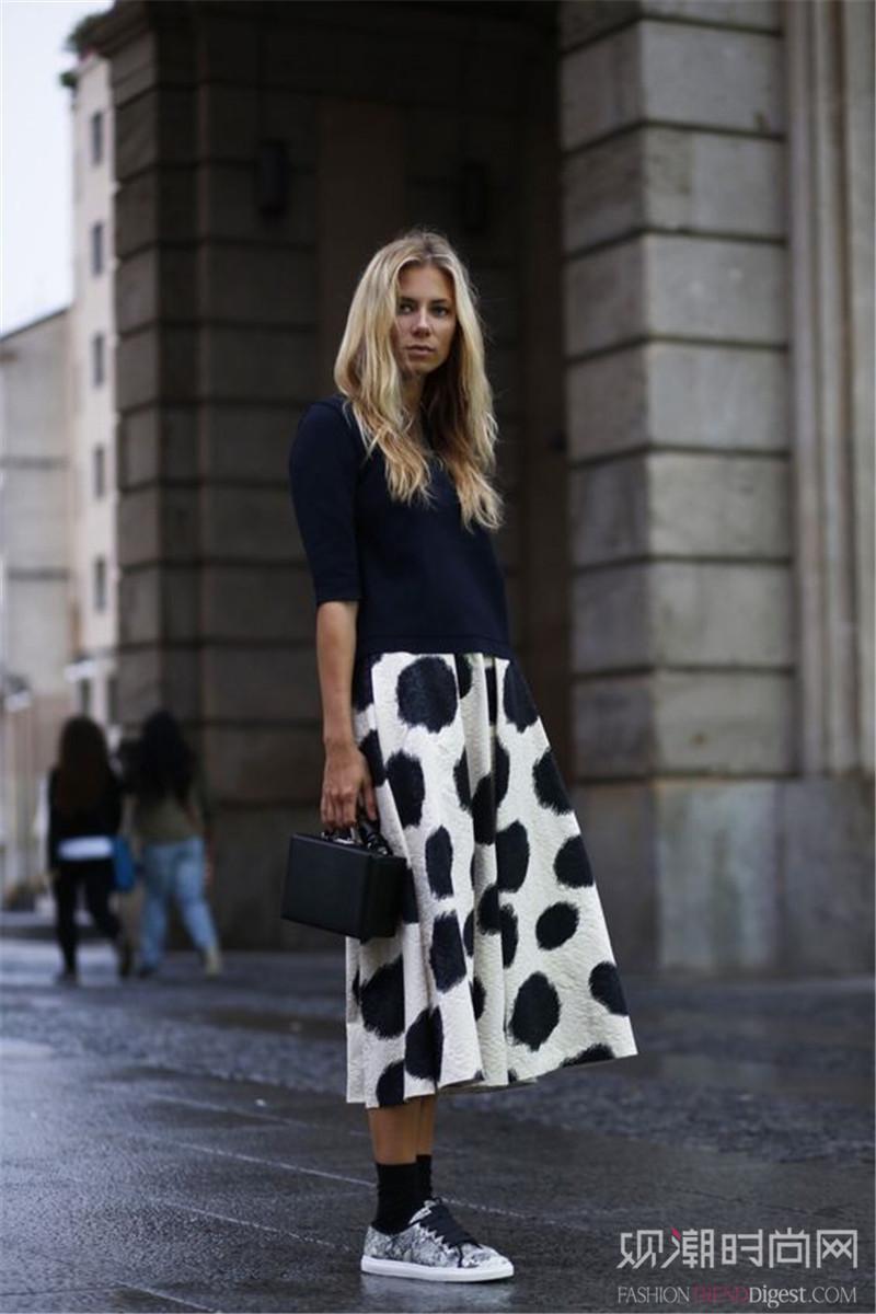 裙子+休闲运动鞋,演绎本季度新潮流