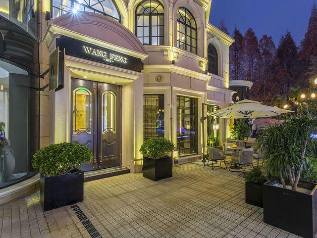 一个用猛虎之心,去细嗅蔷薇的婚纱制造人 wangfeng匠人缝制馆开业