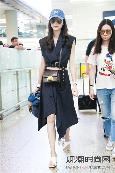 机场秀:女明星还是最爱连衣裙!