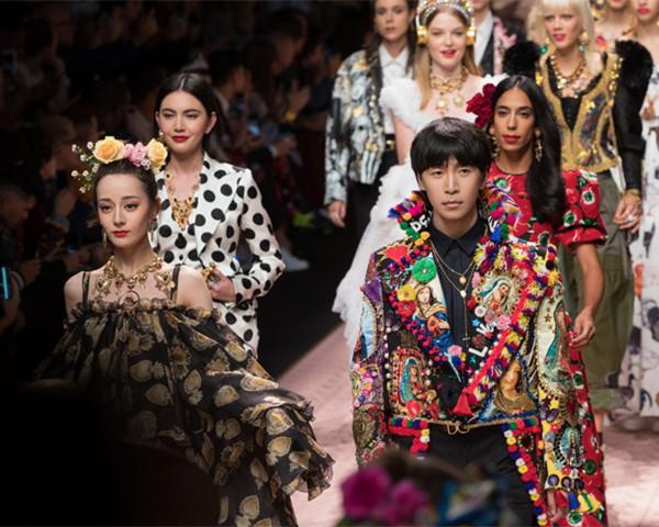 """韩火火登上Dolce&Gabbana2018春夏米兰大秀 化身""""彩虹骑士""""为迪丽热巴护航"""