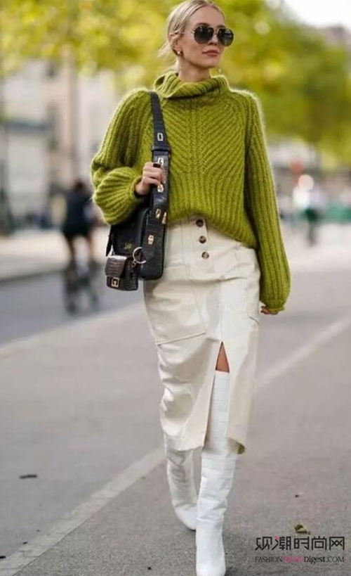 毛衣+半身裙,女人味营造让你...