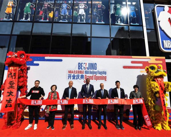 NBA北京旗舰店在王府井隆重开业 传奇射手雷阿伦现身开业庆典
