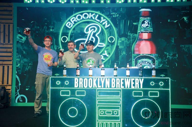 你有一杯来自布鲁克林的啤酒,...