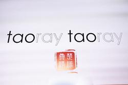 """taoray taoray压轴纽约时装周惊艳四座 王陶妙手"""" 非遗""""彝绣焕时尚新生"""