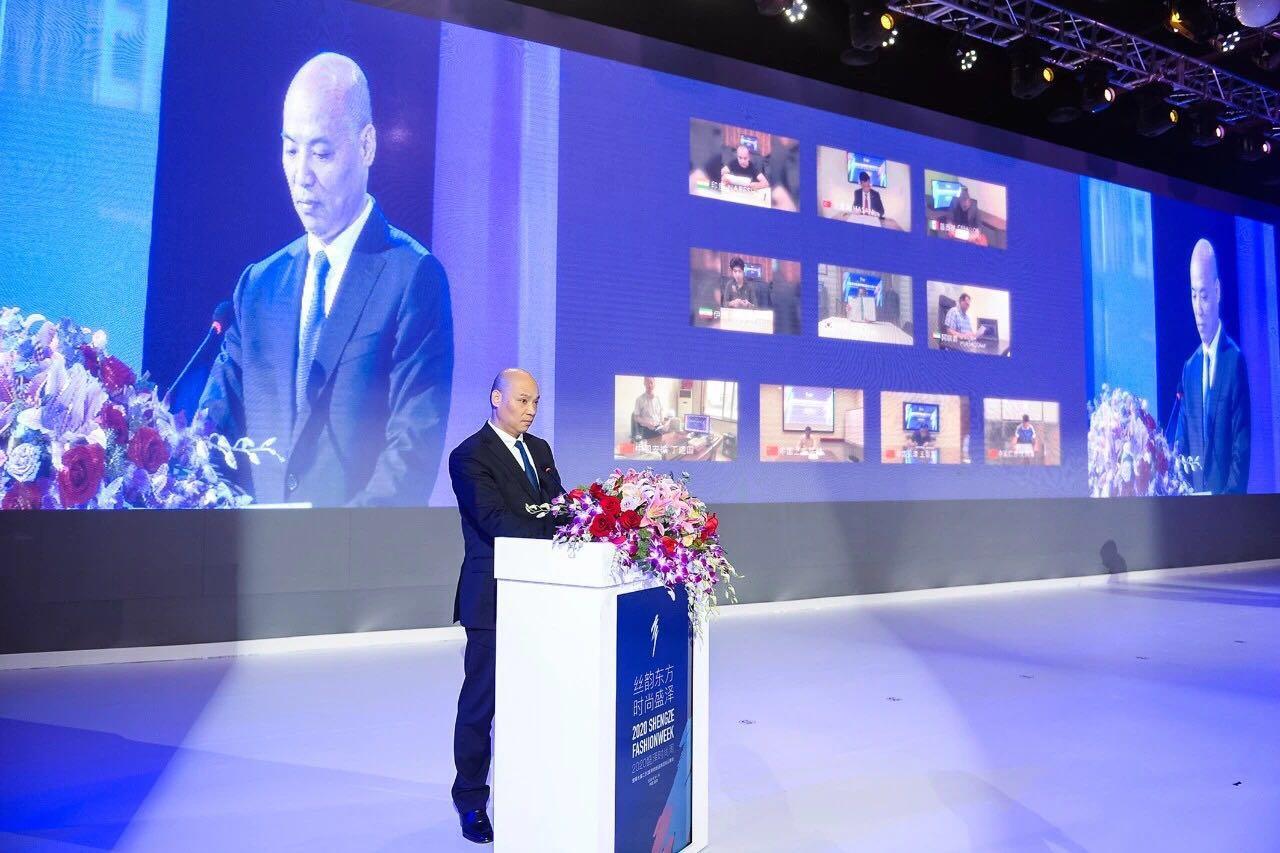 中国东方丝绸市场管理办公室主任孙建华上台签约