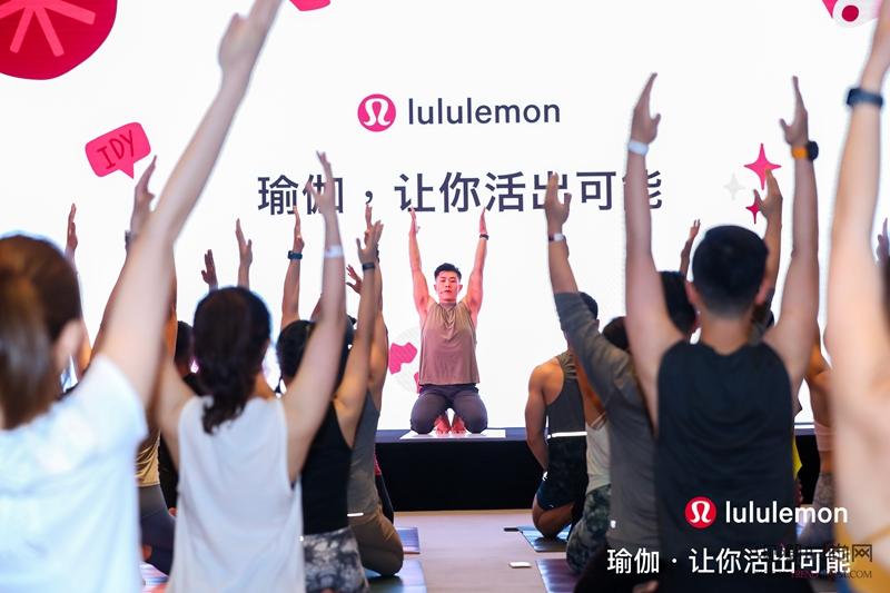 lululemon举办瑜伽音...