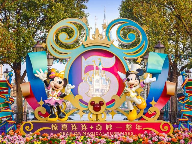 """上海迪士尼度假�^正式�_��""""�@喜�B�B,奇妙一整年""""5�q生日�c典,全新""""奇�糁�光幻影秀""""昨晚首演成功"""