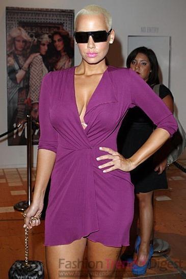 issa的紫色礼服完美展现出光头型女艾波•罗丝 (amber rose) 的