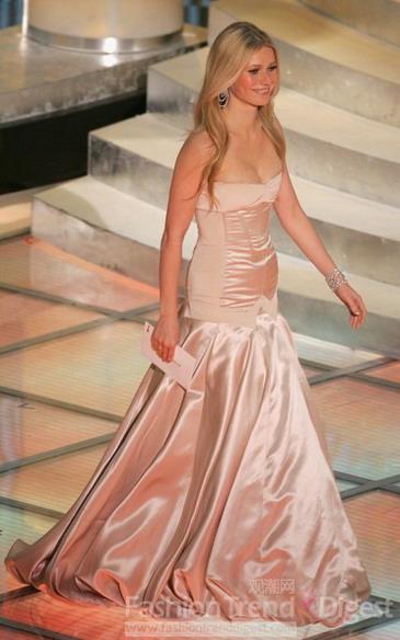 粉色迷你裙 妖娆的白色抹胸小礼服