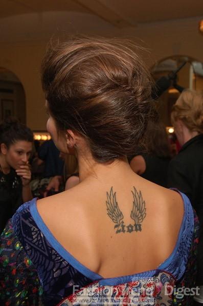 """[图片说明] 巴西模特isabeli fontana颈背部的""""zion""""翅膀纹身."""