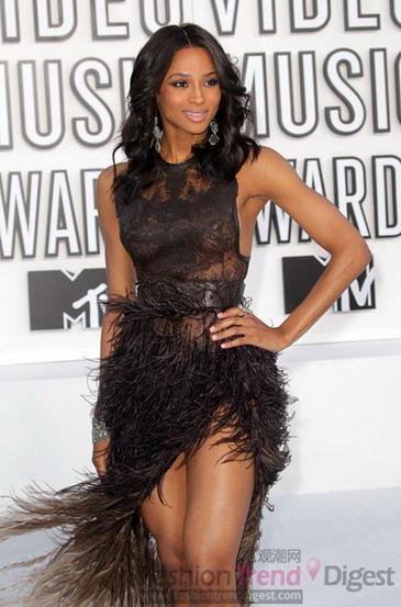 席亚/11. 席亚拉(Ciara) R&B歌手席亚拉的羽毛礼服和伊娃有得一拼,她...