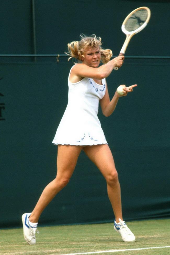 这条路我们一起走曲谱-13. 2010年1月Maria Sharapova选择的是一件蓝色NIKE两件套网球衣,