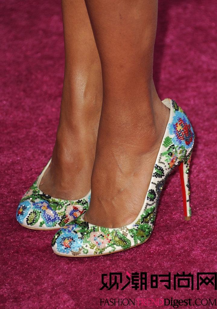 高跟鞋/Kerry Washington的风格真的形成了,她明亮的花朵鞋就证明了这...