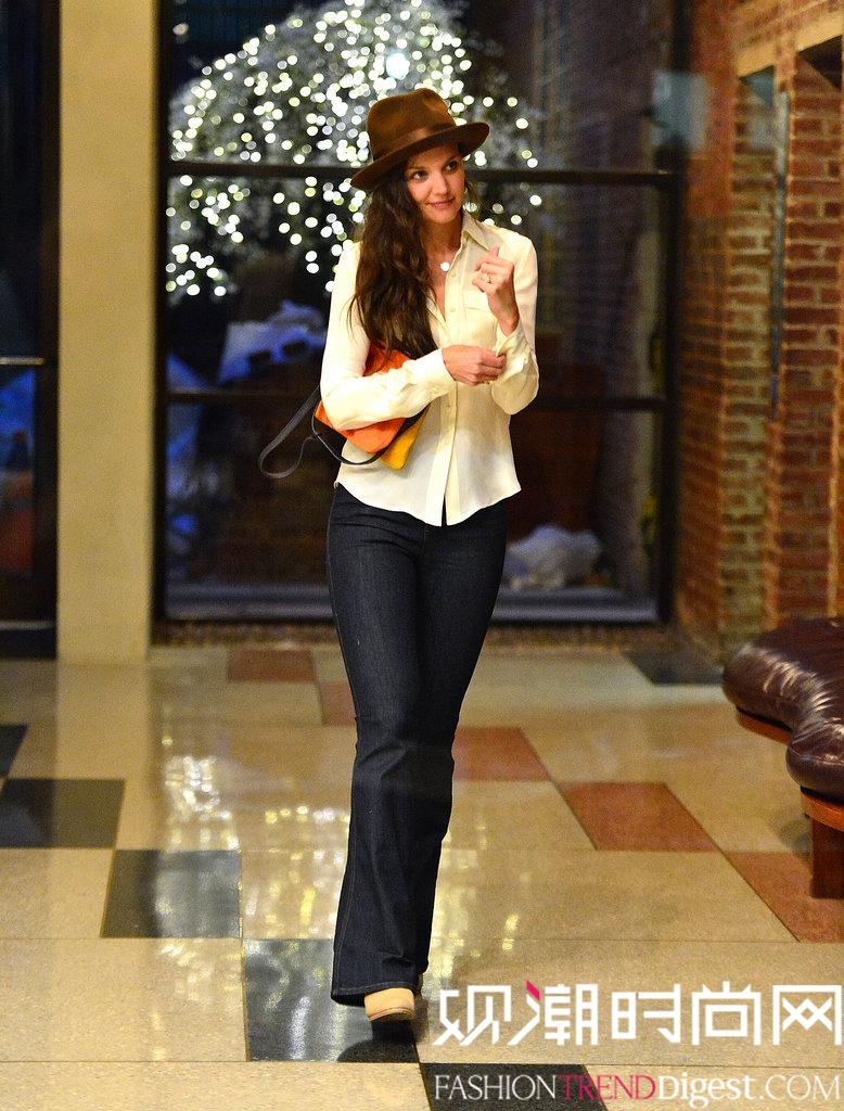 造型 katie/Katie Holmes身着米色衬衫搭配阔腿牛仔裤,和巧克力色的沿帽,...