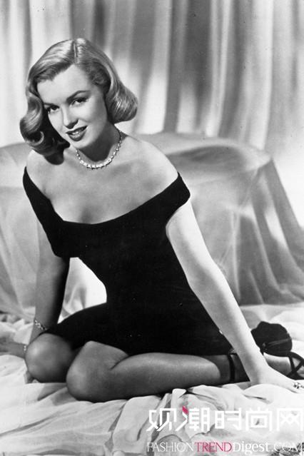 造型 梦露/1950年8月,玛丽莲梦露穿着单肩礼服拍摄电影《Asphalt Jungle...