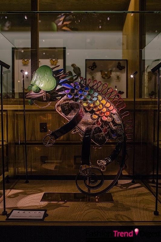 路易威登欣喜宣布奇幻动物园展览即日起将于大连时代广场,首次与中国顾客见面,与探险家们一同追寻全新的经历和多变的人生。路易威登携手来自英国的装置艺术家Billie Achilleos,为庆祝小皮具诞生一百周年,以动物的灵性和路易威登经典小皮具为灵感,Billie Achilleos运用高超的手工技巧和奇思妙想,创造出了栩栩如生的变色龙、眼镜蛇、蚱蜢、甲壳虫等等动物形象艺术作品,成为一座属于路易威登的奇幻动物园。这段奇妙的旅程,从伦敦启航,到巴黎、澳洲、日本东京,如今,为庆祝品牌进入大连五周年,此展览以中国