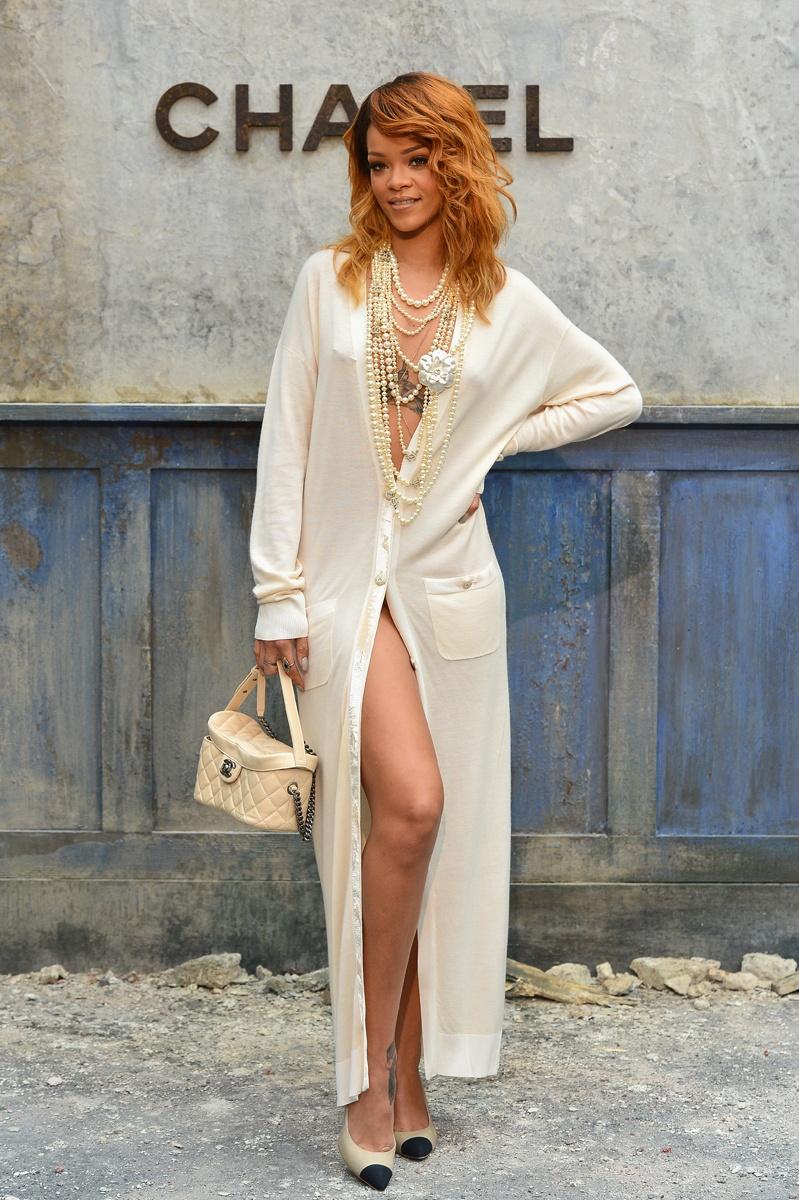013年7月,香奈儿秋季时装秀,蕾哈娜穿着白色香奈儿礼服.-蕾哈
