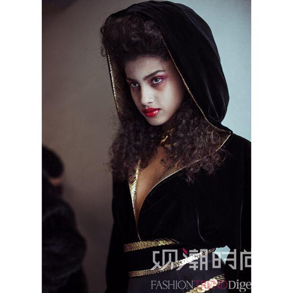 模特的唇妆以鲜红色唇彩为主,并配上苍白没有血色的肌肤质感.