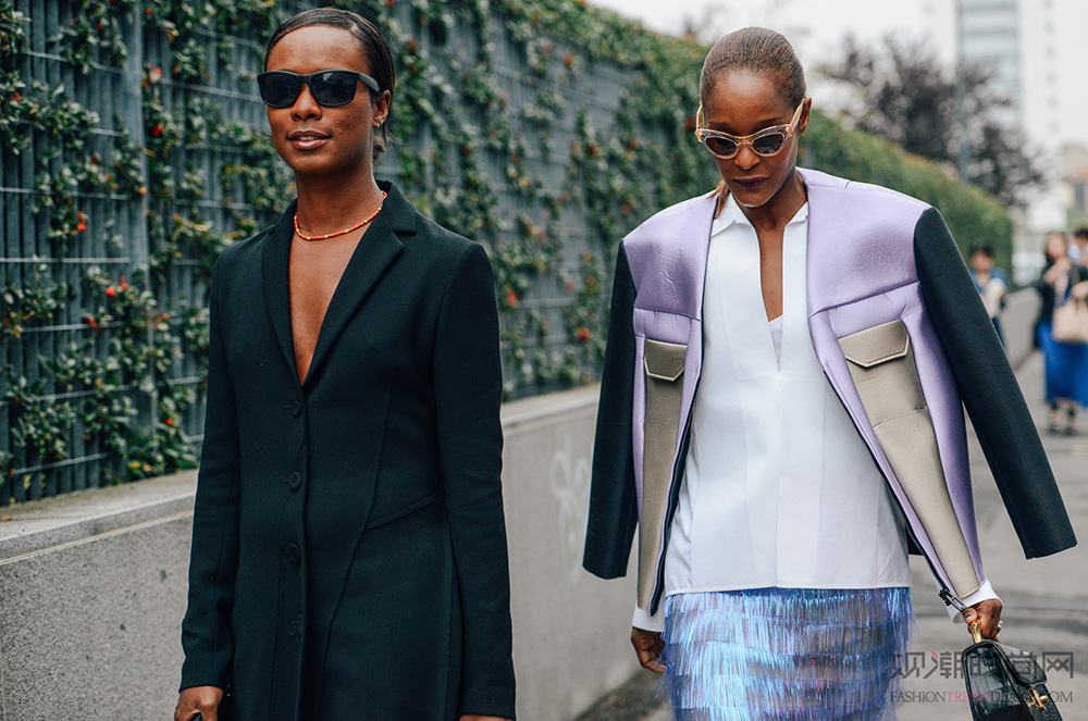 一条不惹眼的项链可以侧面反映出你不经意的用心,橘色项链和黑色西装的搭配恰到好处。