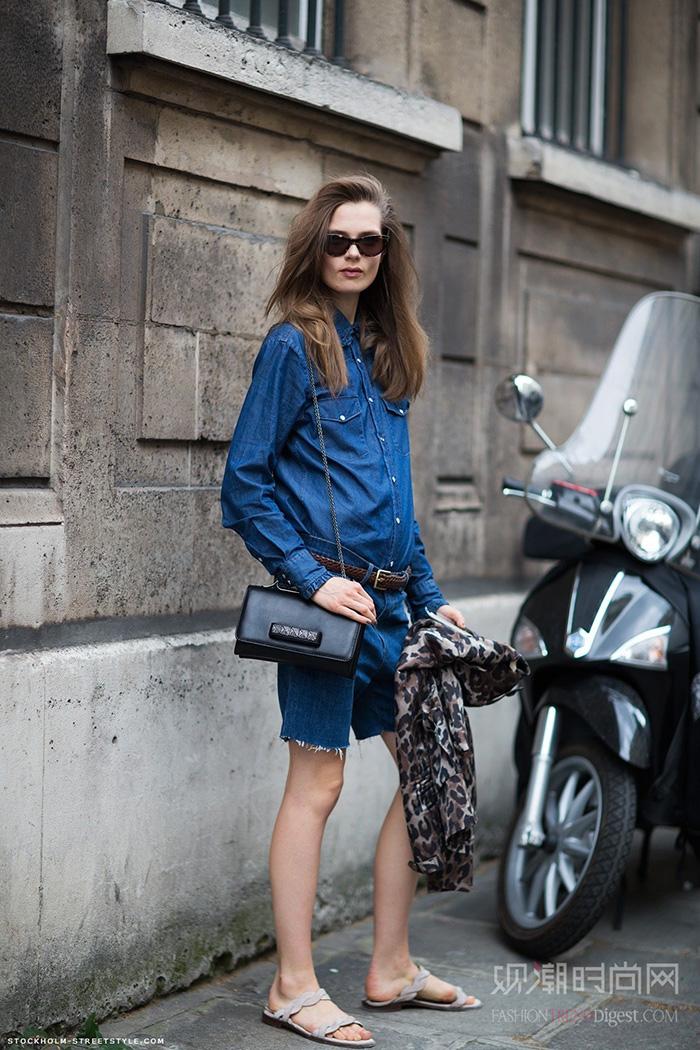 貌似卡洛琳对豹纹元素很热衷哦,就算是穿件牛仔衬衫也不忘了手里拿件豹纹印花的衣服。