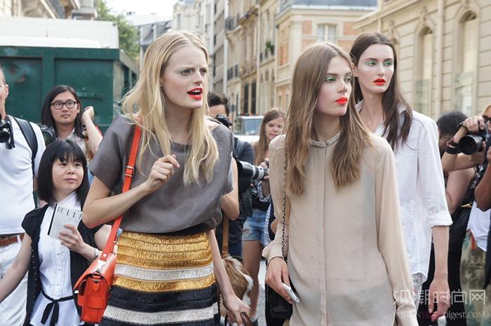 超模卡洛琳·布拉什·内尔森的街拍风格
